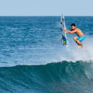 Simon Salazar springt aus den Wellen