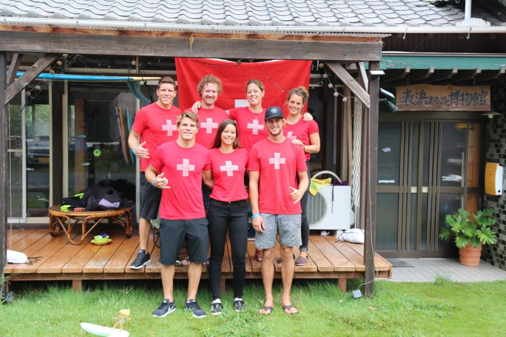 Das Schweizer Team vor ihrer Unterkunft in Japan