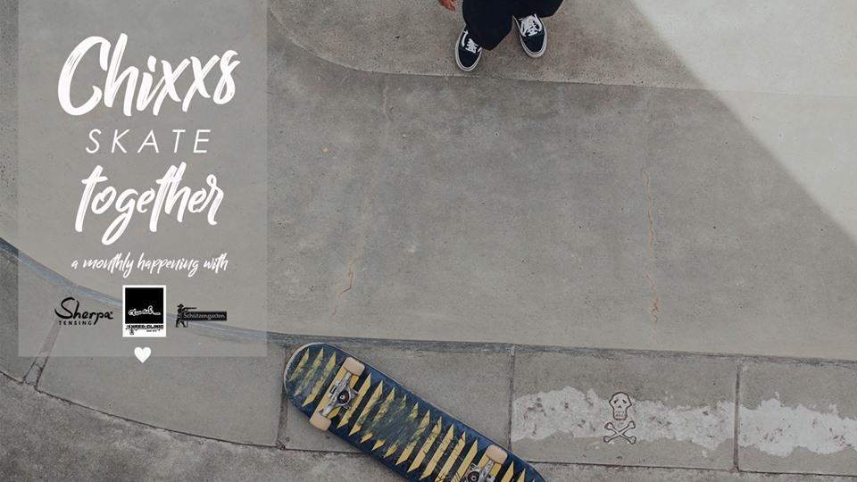Ein Skateboard liegt auf dem Boden