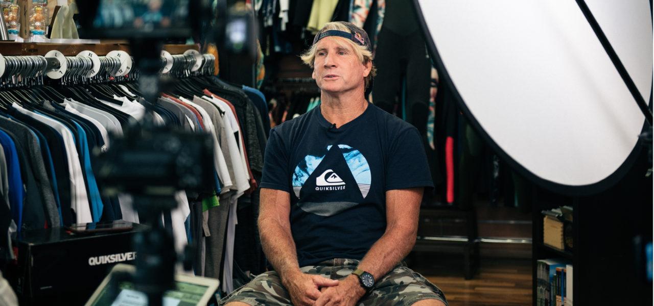 Surflegende Robby Naish im Setup der Filmdreharbeiten im Surfarishop in Zürich