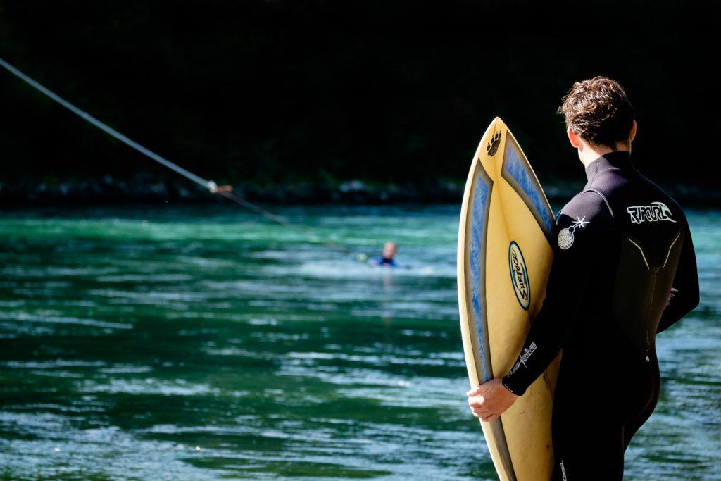 Surfer im Vordergrund, Bungeesurfer im Hintergrund