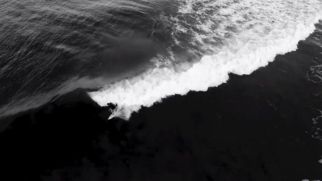Schwarz-weiss Aufnahme aus der Vogelperspektive eines Surfers
