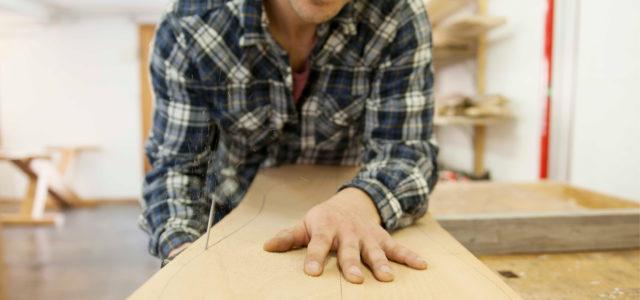 Pascal de Roche prüft das Holzmaterial
