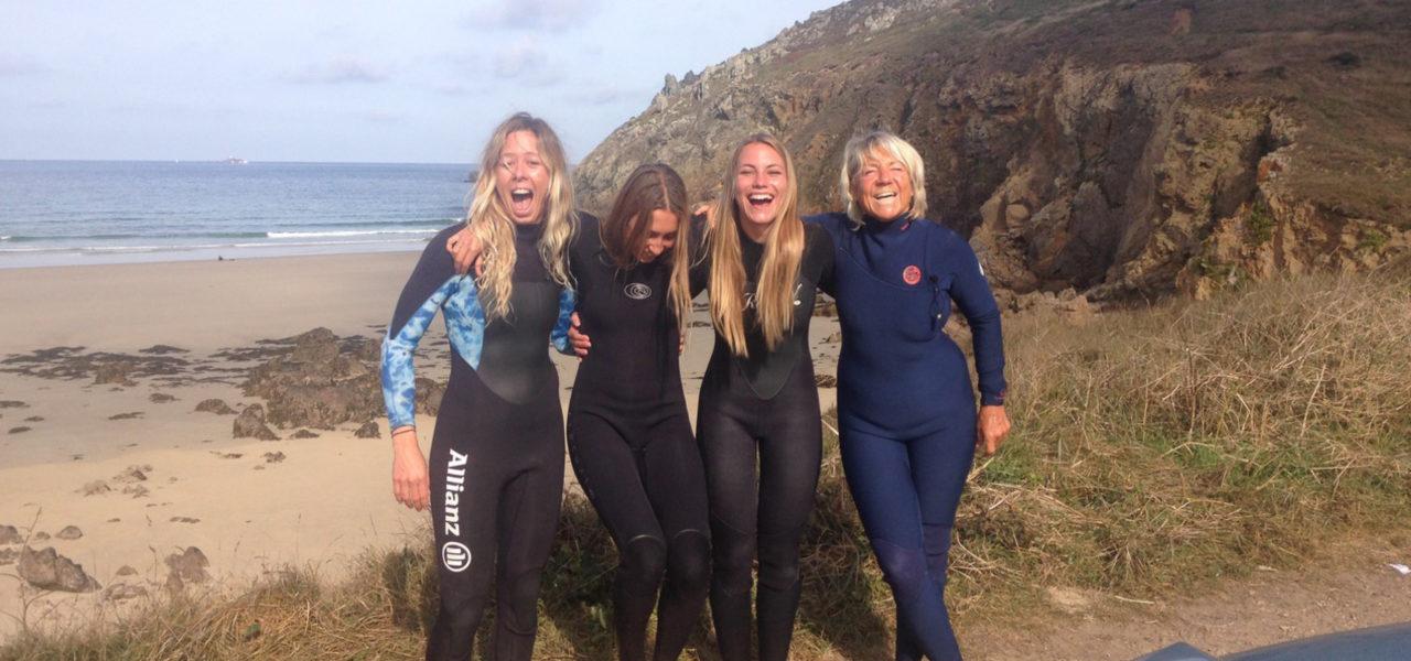 Vier Surferinnen am Strand