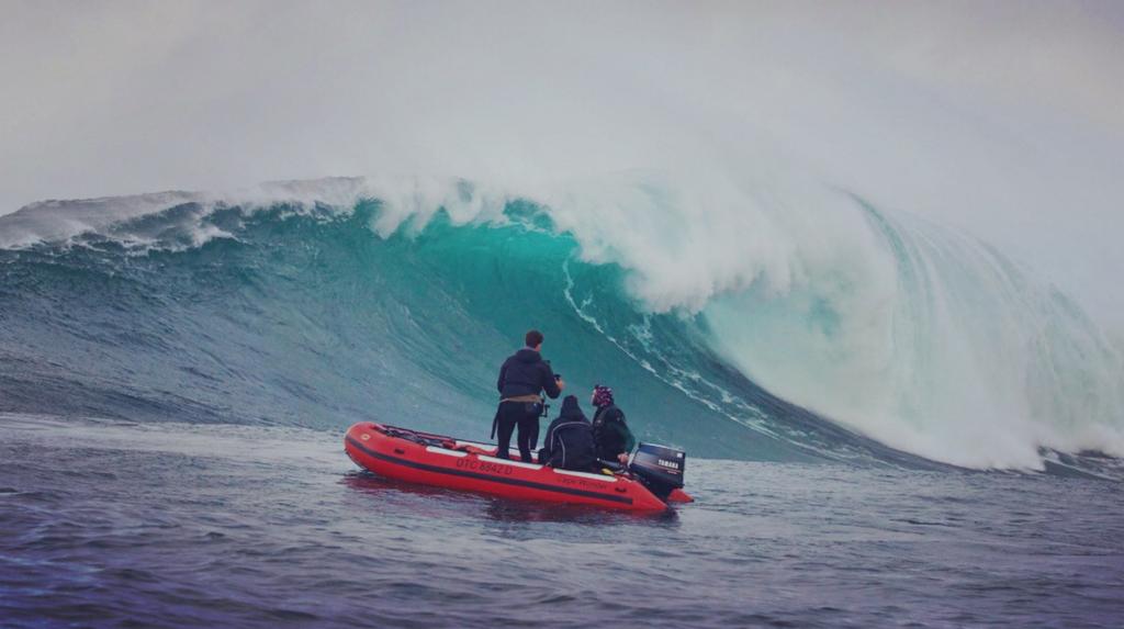 Film Crew neben einer Big Wave