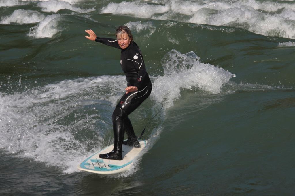 Eva beim Flusssurfen