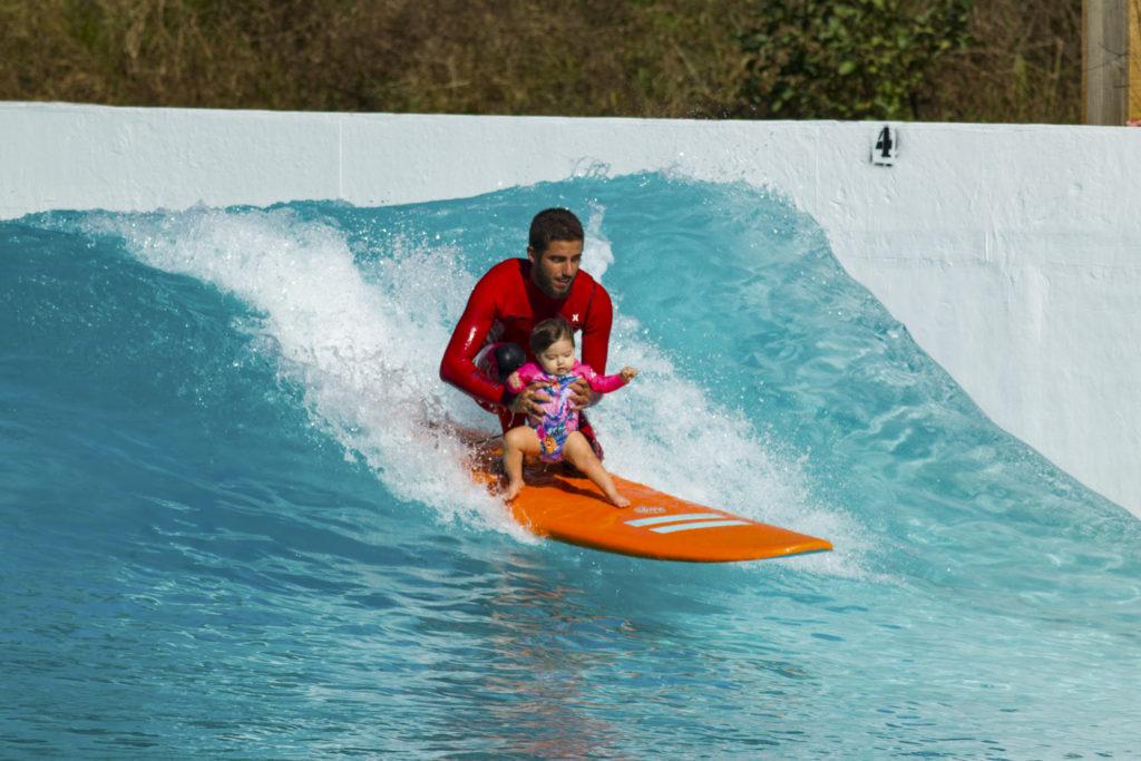 Toledo mit Tochter in der Welle