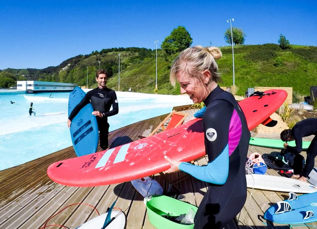 Surfbretter neben dem Pool