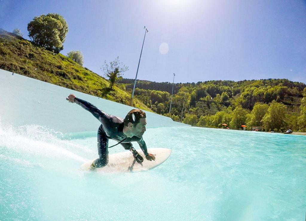 Surfer beim Turn von hinten