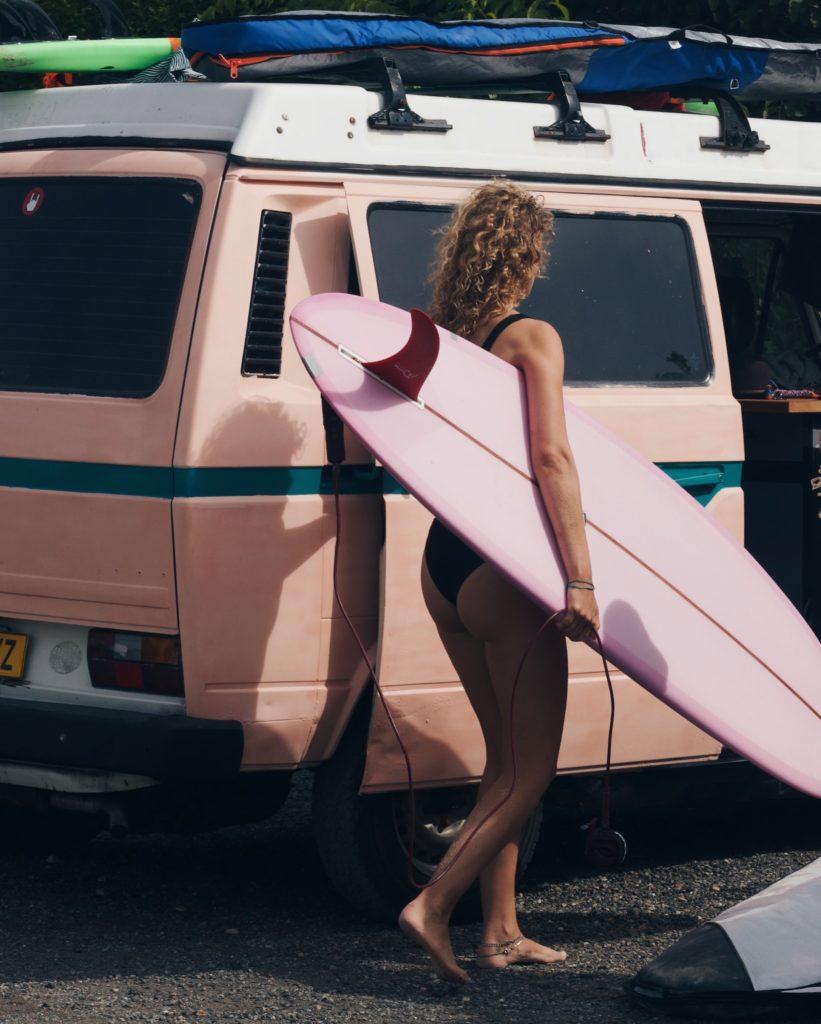 Surferin vor einem Camper