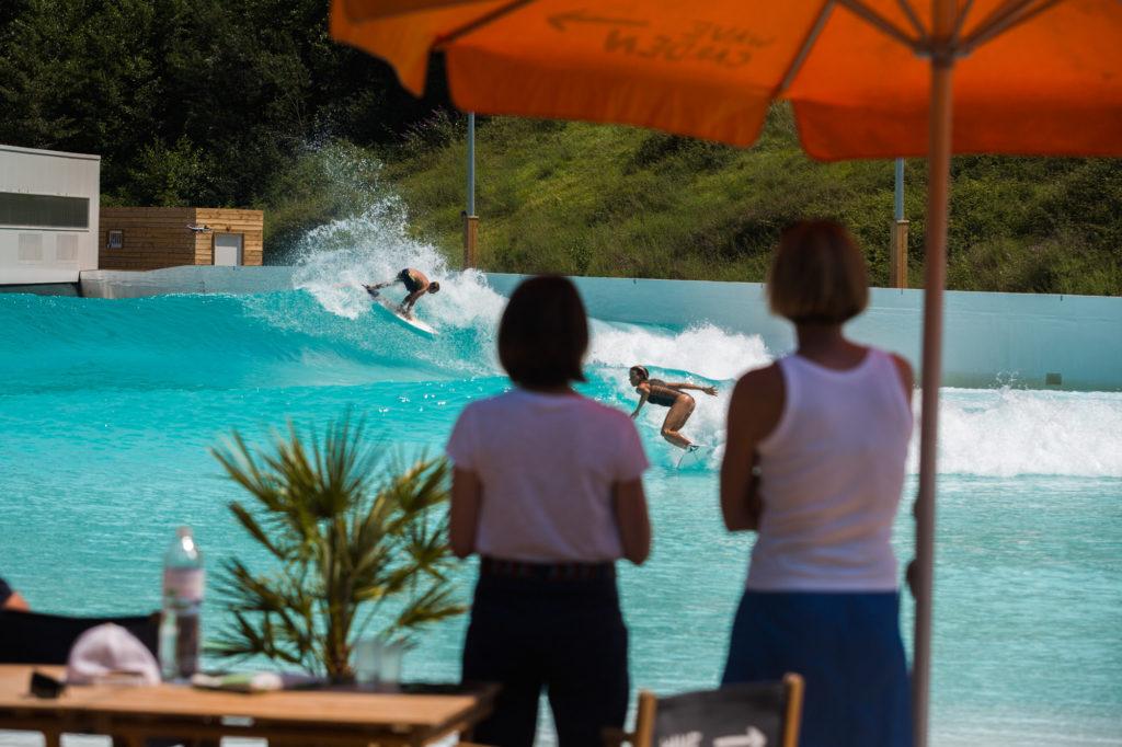 Zuschauer am Wavegarden Pool