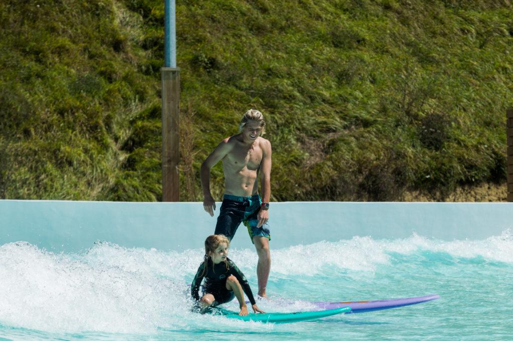 Gross und Klein auf der Wavegarden Welle