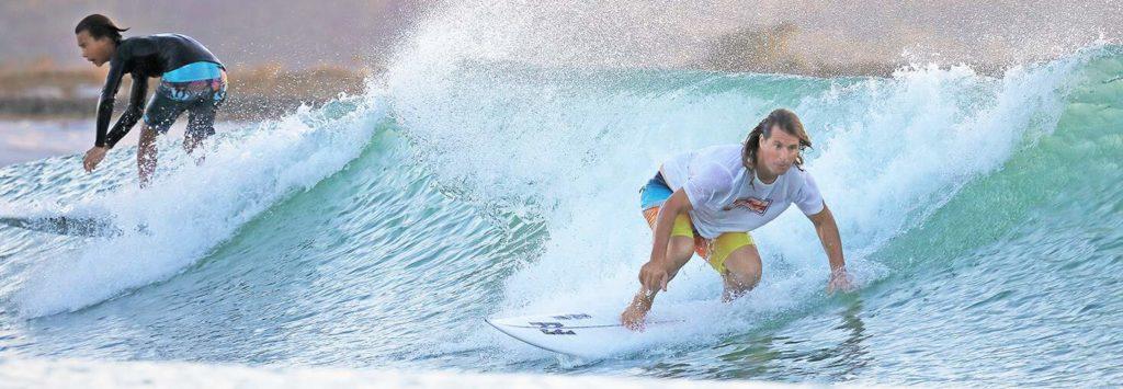 Surfer auf künstlicher Welle