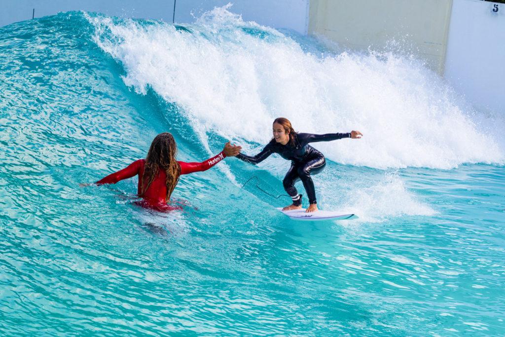 High Five in der Wavegarden Welle
