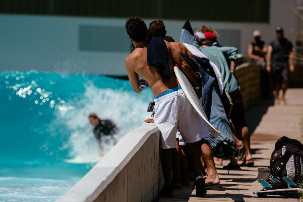 Zuschauer beim Wavegarden Pool
