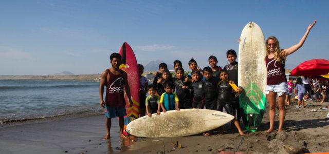 Kinder von Share the Wave am Strand in Peru