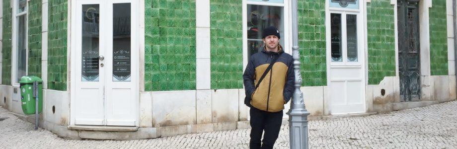 Charly Theis vor einer grünen Hausfassade