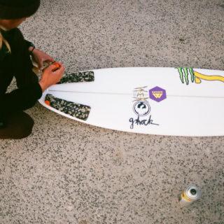 Nic von Rupp mit Surfboard