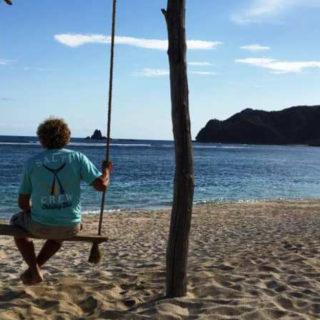 Michael auf einer Schaukel am Strand