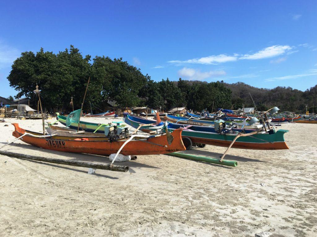 Kleine Boote auf dem Sand