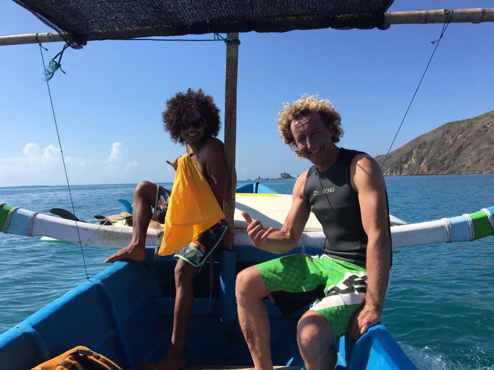 Surfcoach und Michael auf dem Boot