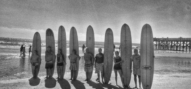 Lonboard Surfer auf schwarz-weiss Foto