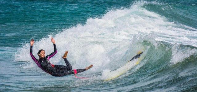 Eleganter Sturz vom Surfbrett