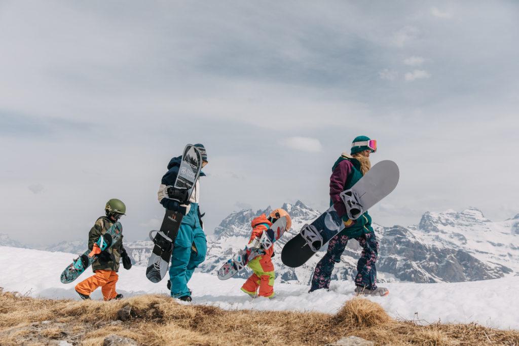 Familie mit Step On Bindung von Burton auf dem Berg