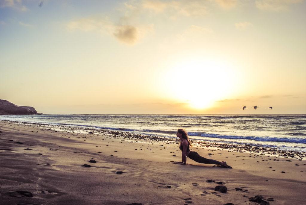 Mimi in einer Yogapose am Strand