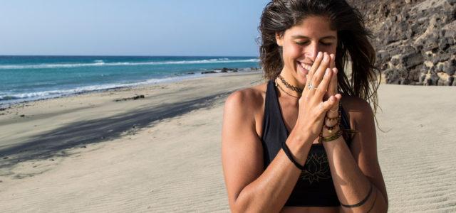 Mimi lachend am Strand