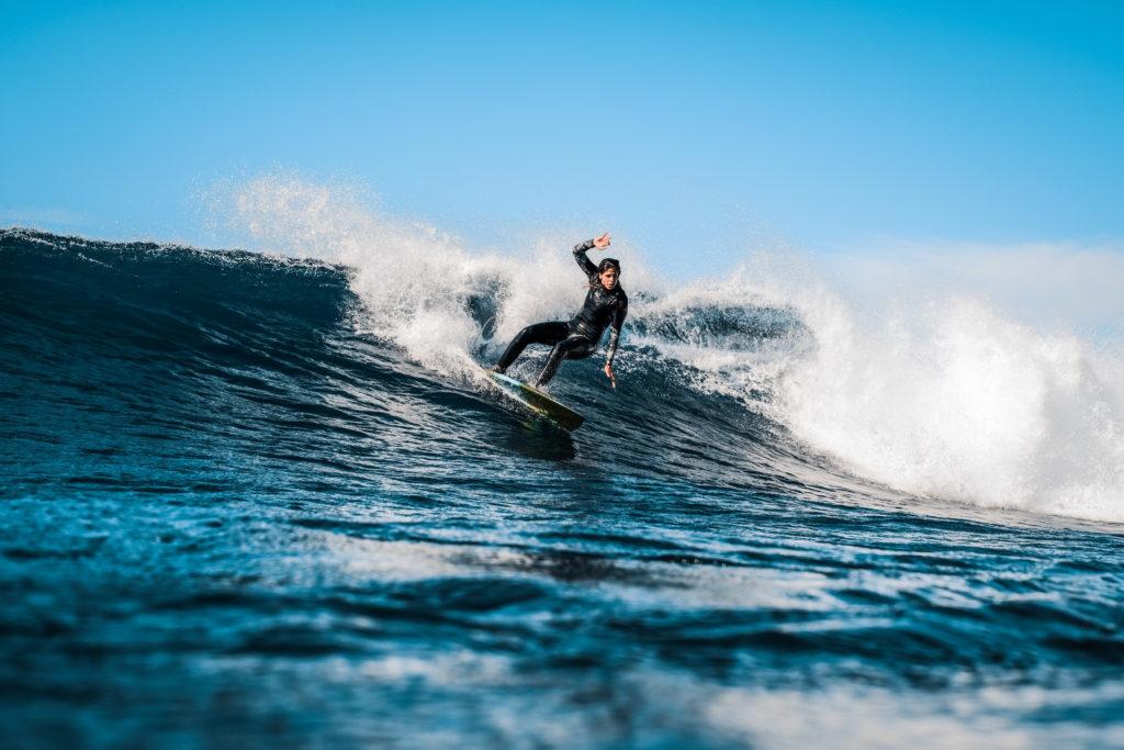 Mimi beim Surfen