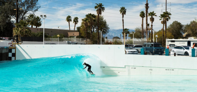 Surfer in der Welle des Wavepools