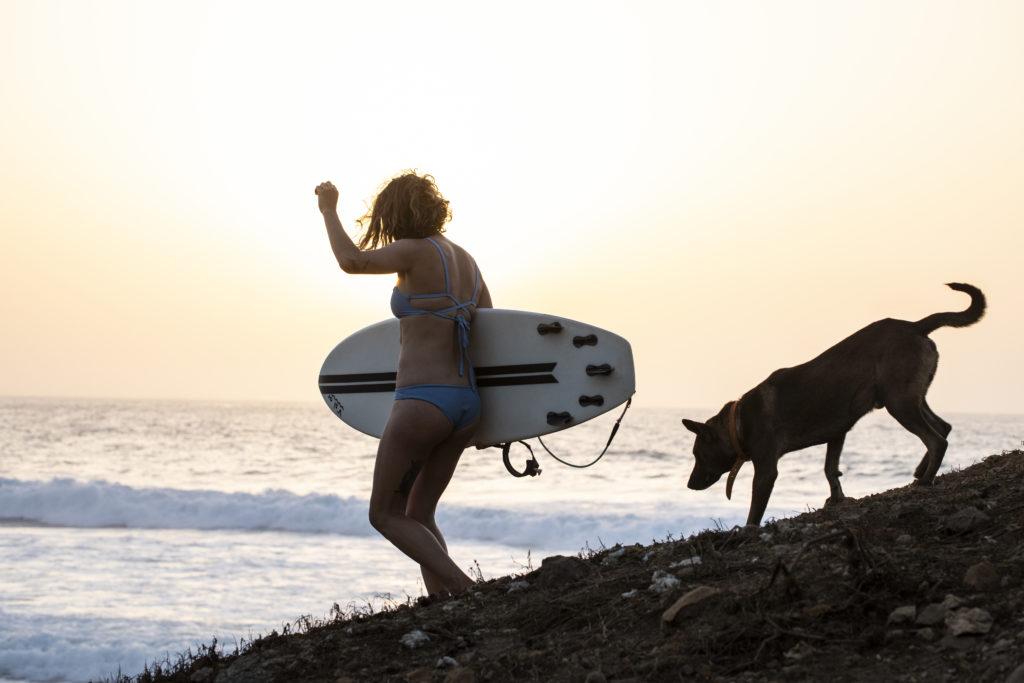 Lea mit Surfbrett und Hund