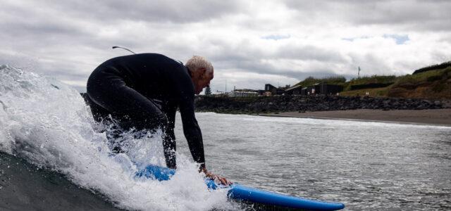 Mann auf Surfbrett in den Wellen