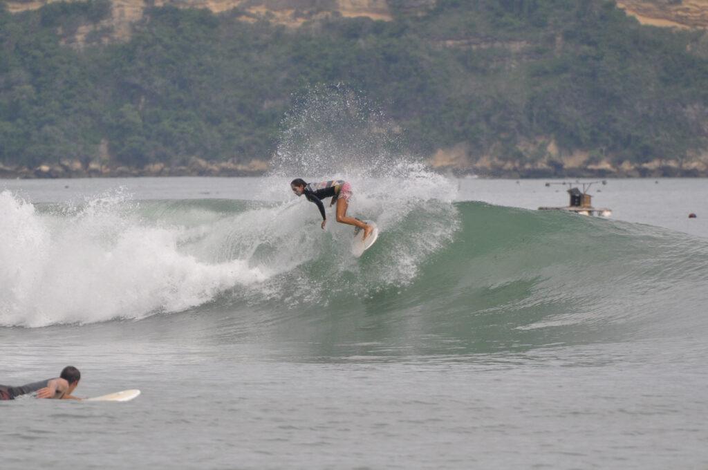 Kim am Surfen