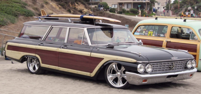 Kombi mit Surfboard