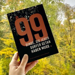 Buchcover vor Laubbäumen
