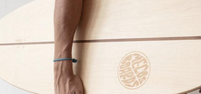 Mecos Board unter einem Arm