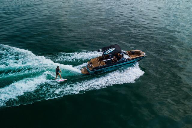 Foto von Boot mit Wakesurfer