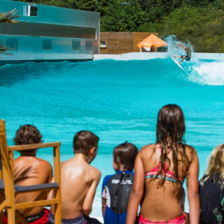 waveup baut Surfpark mit Wavegarden