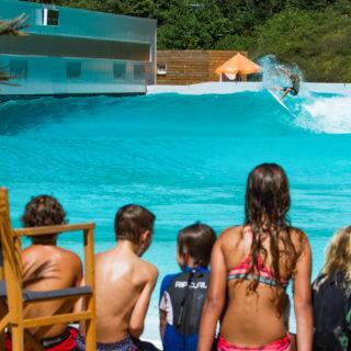 waveup baut Surfpark mit Wavegarden